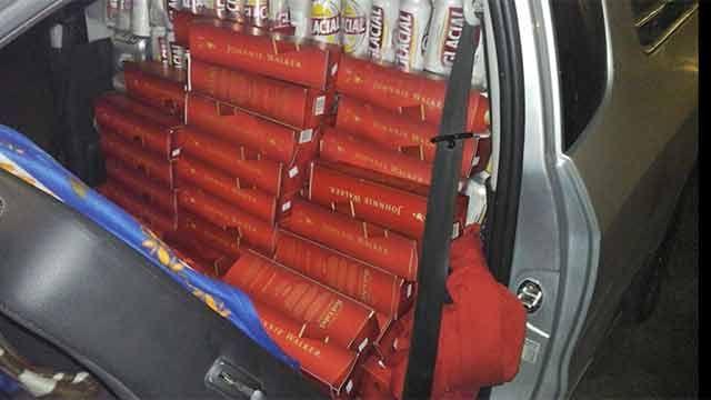 Funcionario municipal transportaba 130 litros de whisky de contrabando