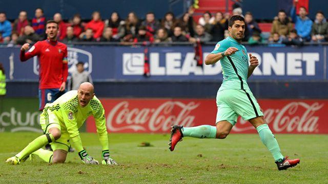 Messi y Suárez mantienen al Barça en carrera