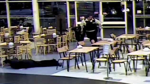 Video del tiroteo en el Géant, corridas y un guardia que se salvó de milagro