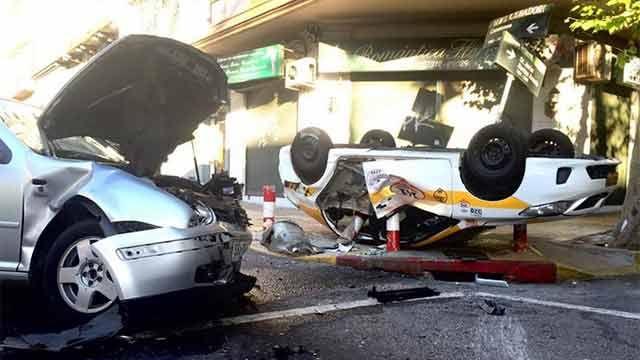 Espectacular accidente entre dos taxis y un auto
