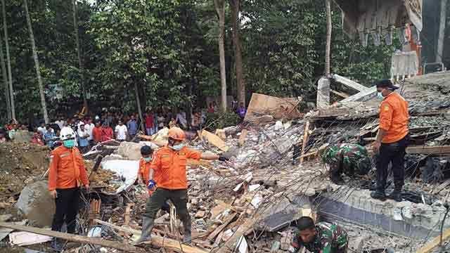 Al menos 97 muertos dejó un sismo en la isla de Sumatra en Indonesia