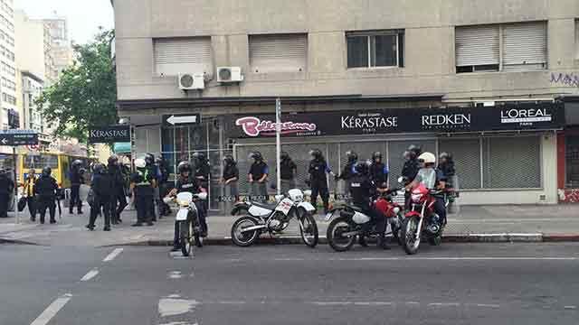 Siete hinchas detenidos con alcohol, drogas y armas cerca del Centenario