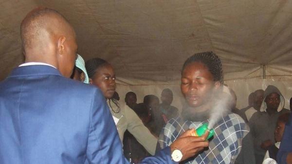 Fábrica de pesticida denuncia a profeta que dice curar HIV con su producto