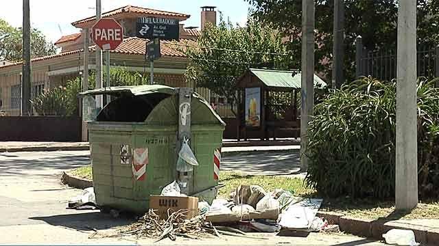 La basura acumulada aún persiste en algunos barrios de Montevideo
