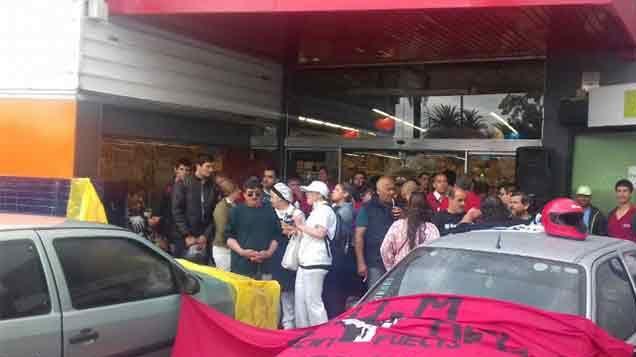Vuelven a bloquear supermercados este sábado en reclamo de mejores salarios
