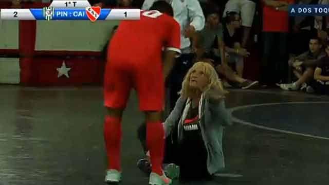 Furiosa: una hincha se sentó en la cancha e interrumpió el partido
