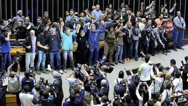 Manifestantes invadieron el Parlamento pidiendo golpe militar en Brasil