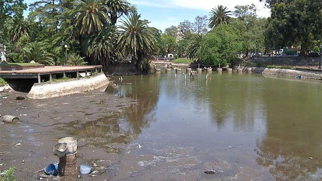 Vacían lago del Parque Rodó: limpieza y acondicionamiento demorará 3 meses