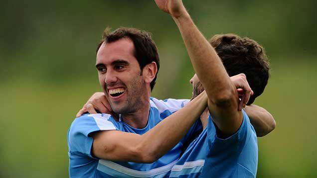 Tabárez paró el equipo con Stuani y Rolan junto a Luis Suárez