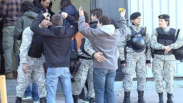 Policía reforzará los cacheos en ingreso a estadios cuando juegue Peñarol