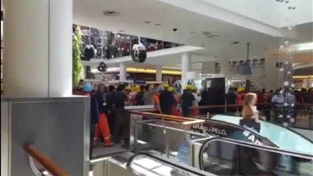 Trabajadores de la construcción se movilizaron en pleno shopping