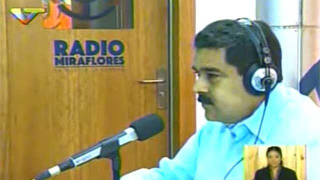 Mientras le hacen juicio político, Maduro conduce programa radial de salsa