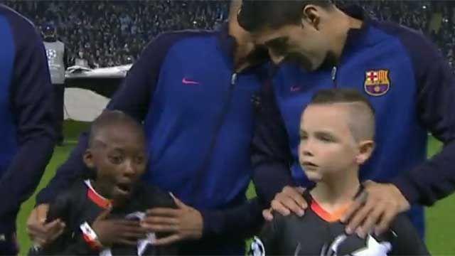 VIDEO: Luis Suarez, ídolo de las mascotas en la Champions League
