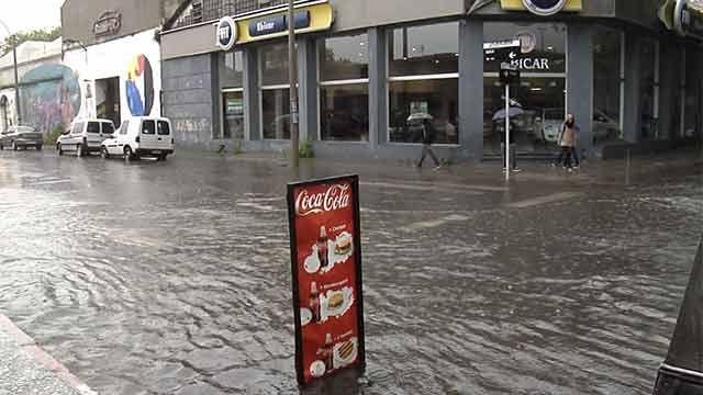 Bomberos: dos rescates a personas atrapadas en autos durante la tormenta