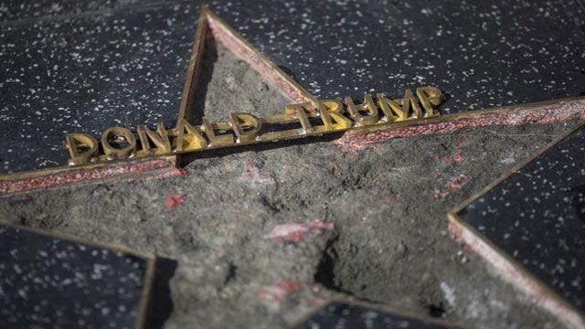 A pico y martillo destrozaron la estrella de Donald Trump en Hollywood
