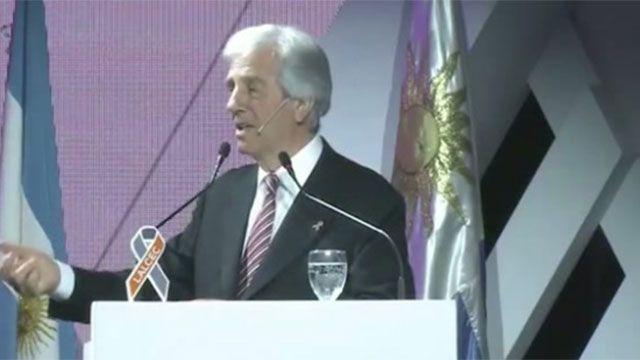 Vázquez prohibirá fumar en estadios y frente a centros de salud y educación