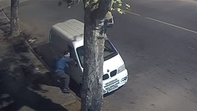 Robó una camioneta, luego a una mujer y lo atraparon en cuatro minutos