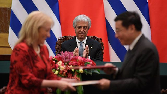 Gobierno de Vázquez recibe críticas internas y externas por TLC con China