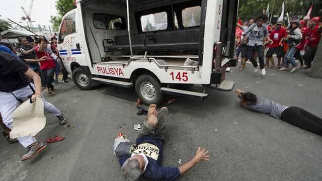 Imágenes fuertes: camión de la policía filipina embiste a manifestantes