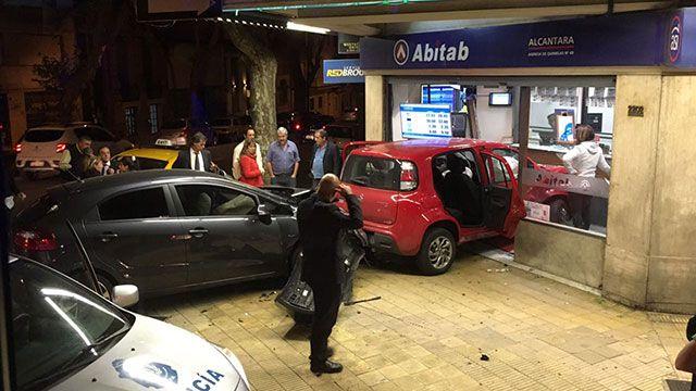 Un auto se incrustó en local de pagos de Canelones y Paullier