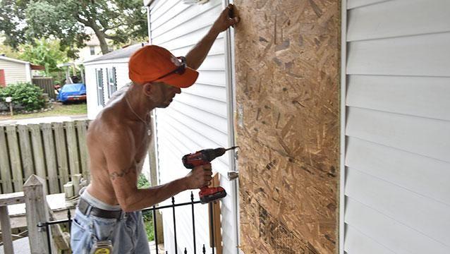 Uruguayos en el camino del huracán se encierran en sus casas