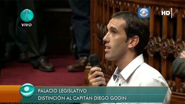 Godin recibió un premio en el Parlamento y fue ovacionado por los diputados