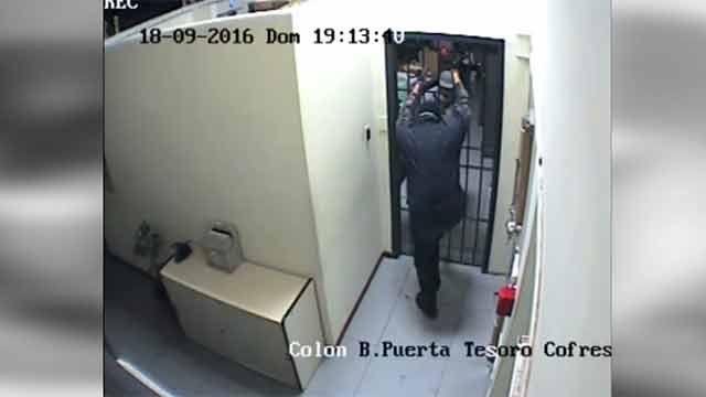 Nuevo video con blooper del robo al BROU: quedó encerrado en una oficina