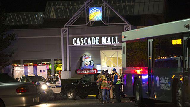Buscan a sospechoso de tiroteo en centro comercial que dejó 5 muertos