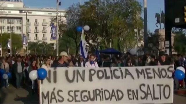 Vecinos de Salto marcharon en apoyo a policías que podrían ser procesados