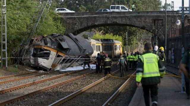 Al menos cuatro muertos al descarrilar un tren en el noroeste de España