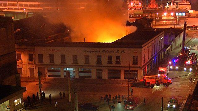 Importante incendio en edificio comercial de la Ciudad Vieja