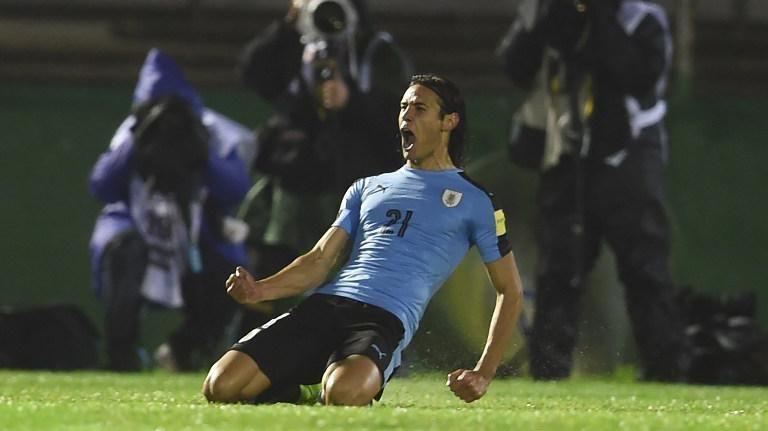 Uruguay se impuso 4 a 0 en el Centenario ante Paraguay, y recuperó la punta