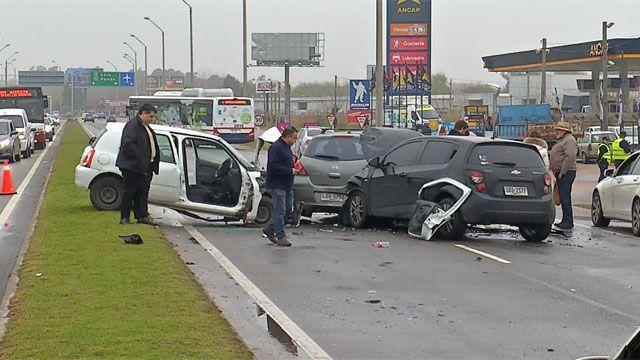 Espectacular accidente involucró a 6 vehículos y dejó un conductor grave