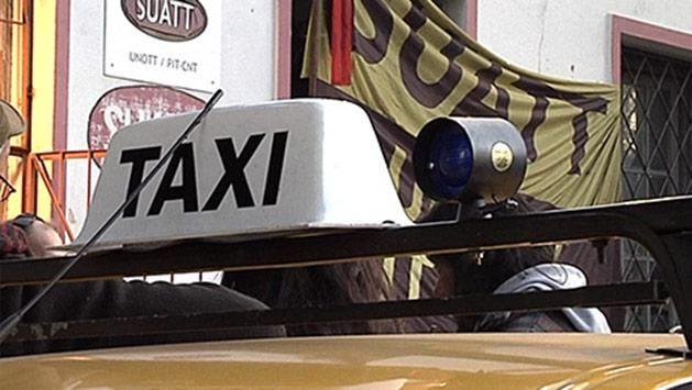 Trabajadores del taxi montaron una carpa en la Intendencia contra UBER