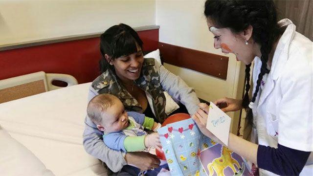 Payasos terapéuticos entregaron regalos a niños en Círculo Católico