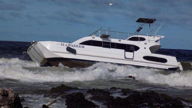 Rescatan a tres tripulantes de un catamarán encallado en Punta del Este