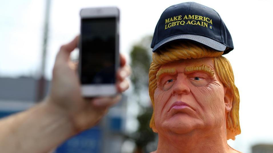 Estatua de un Donald Trump desnudo divierte a los neoyorquinos
