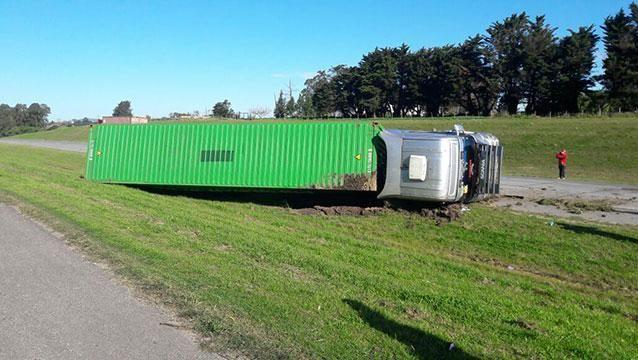 Volcó un camión proveniente de Paraguay en el km 13 de la Ruta 1