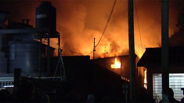 Incendio afectó a tres depósitos de plástico en Lezica