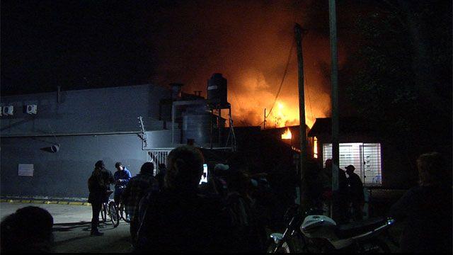 Bomberos trabaja en un incendio en Lezica, no hay casas afectadas
