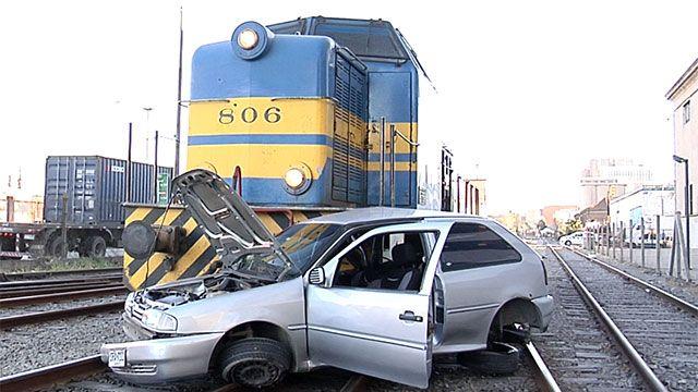 Choque entre tren y auto que intentó cruzar con la barrera baja