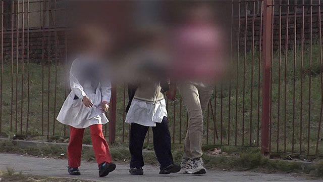 Mujer enviada a prisión por mandar a sus hijos a la escuela con droga
