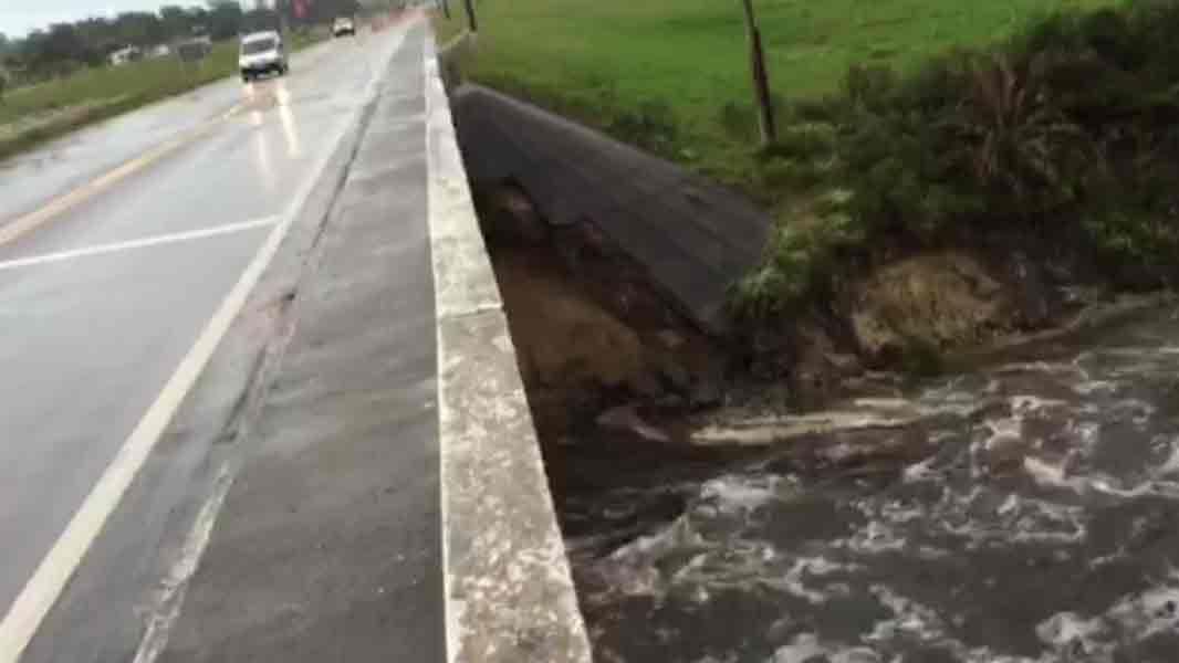 La fuerte corriente amenaza el puente del canal Andreoni sobre ruta 9