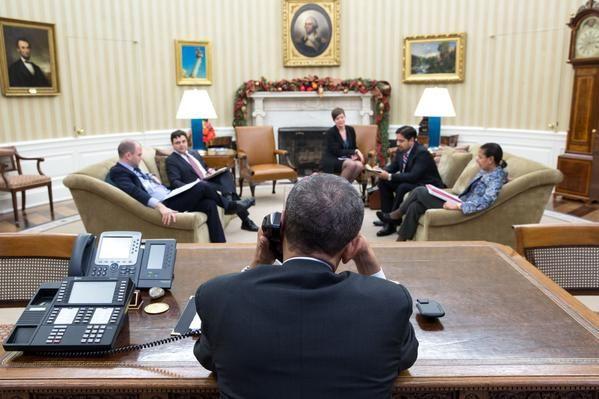 Barack Obama conversa con Raúl Castro antes de realizar el anuncio del desbloqueo.