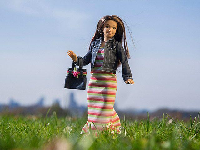 Una muñeca con medidas normales se presenta como la anti-Barbie