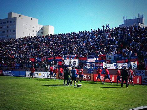 Nacional ganó 2-0 a Atenas y sigue segundo en el Apertura
