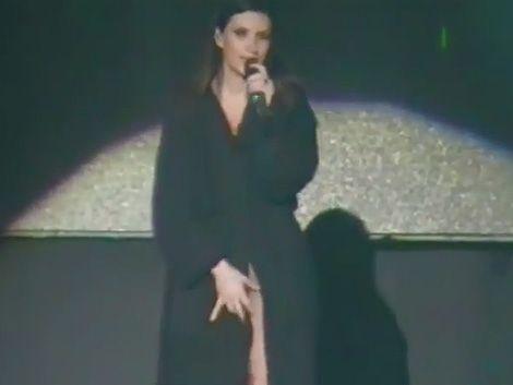 A Laura Pausini se le abrió la bata y mostró todo en pleno show