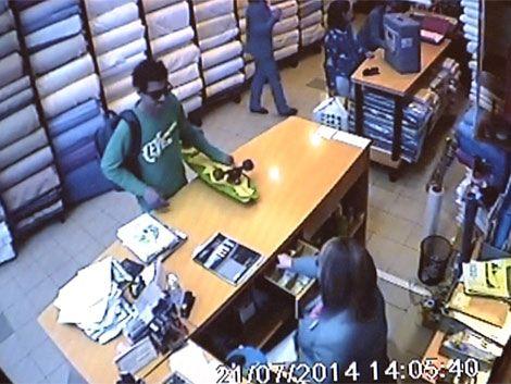 Entró a robar con una patineta en la mano y se llevó el dinero