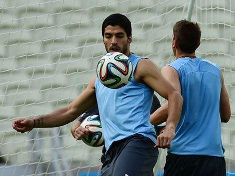 FIFA dice que fue un error y aclara que Suárez no puede entrenar