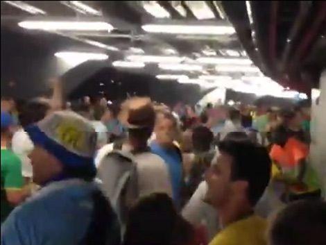 Hinchas uruguayos y colombianos a las piñas en Maracaná